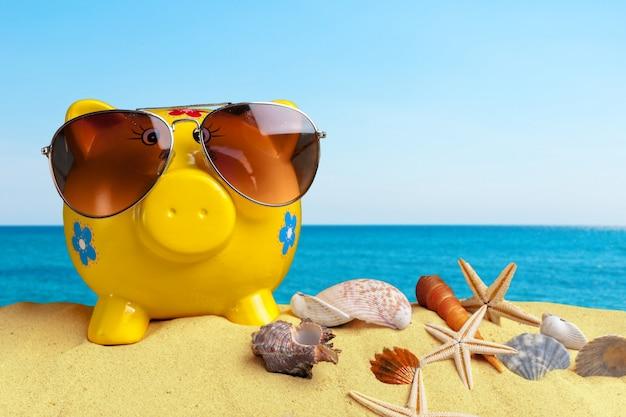 黄色のビーチの砂の上の子供のおもちゃをクローズアップ