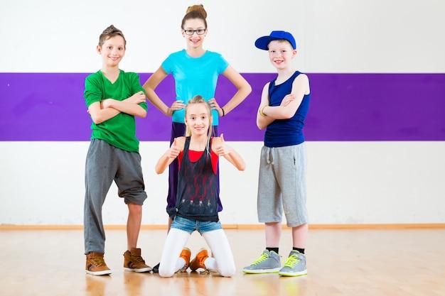 아이들은 춤 학교에서 zumba 휘트니스를 훈련시킵니다.