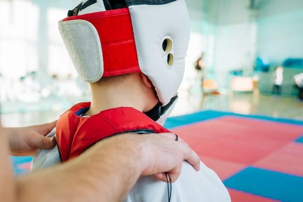 空手道の子供たちのトレーニング。テキスト用のスペースのあるバナー。 webページまたは広告印刷用。