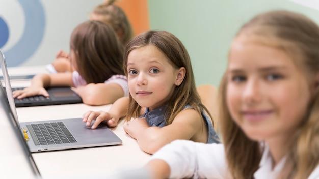 학교에서 노트북을 사용하는 아이들