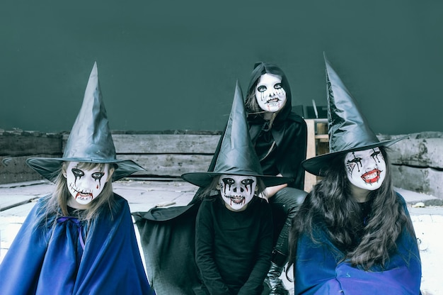 Дети с раскраской лица и костюмами на хэллоуин