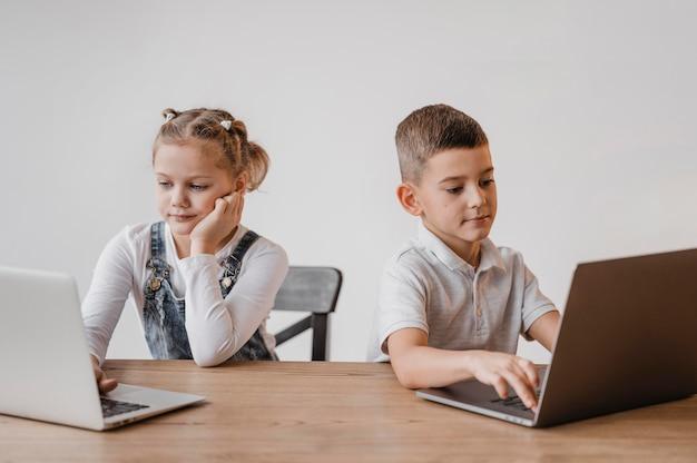 Дети работают вместе на ноутбуке