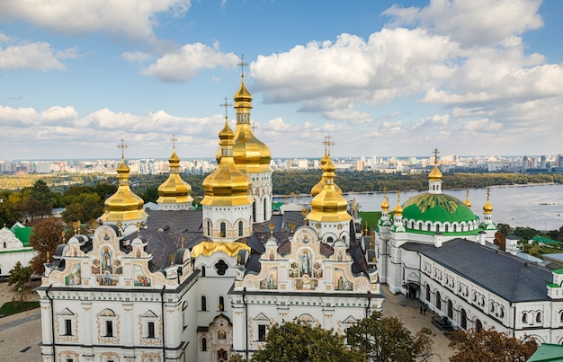 키예프 페체르시크 라브라. dormition의 대성당입니다. 키에프. 우크라이나. 배경에 녹색과 노란색가 나무입니다. 드니프르 강과 키예프의 전경을 배경으로
