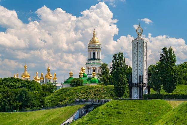 キエフペチェールスク大修道院正教会とソ連で飢饉する記念碑