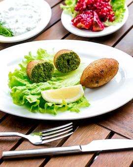 Котлеты по-киевски лимонный салат, вид сбоку