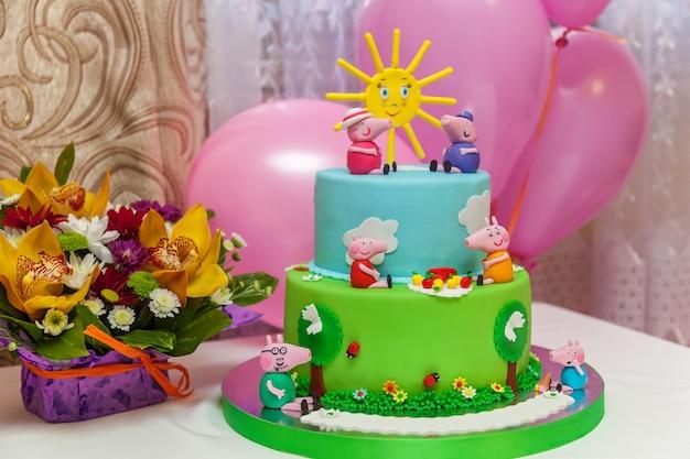 キエフ、ウクライナ-2016年10月14日カスタムケーキ。子供たちのパーティーのための明るくて大きなカスタムb-dayケーキ。