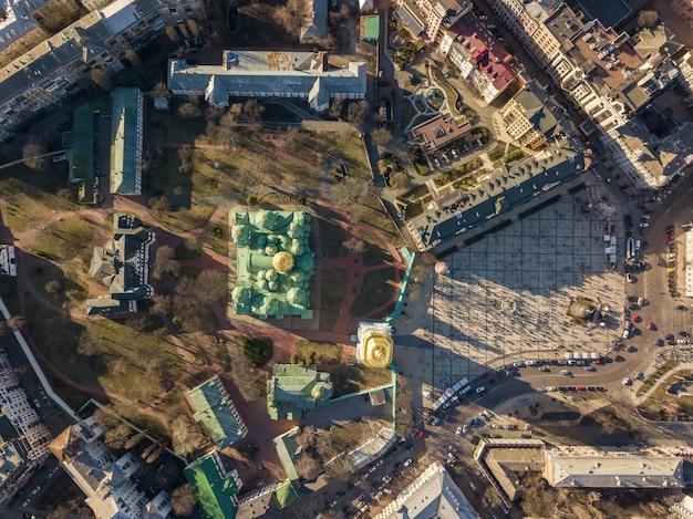 キエフ、ウクライナ-2018年4月7日:黄金のドームと聖ソフィア大聖堂の上からの空中写真。ソフィエフスカヤ広場はたくさんの人でイースターエッグで飾られています。ドローン写真