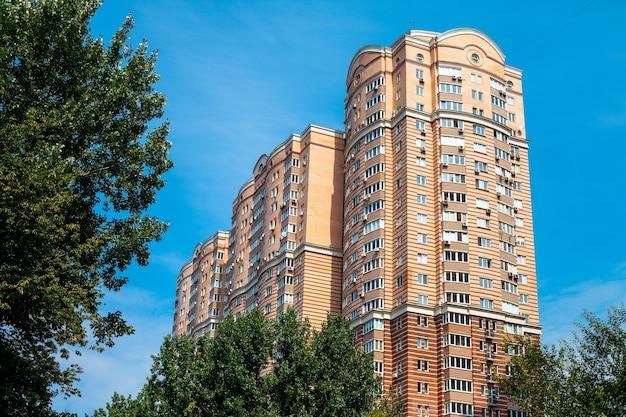 キエフ、ウクライナ-2012年8月3日:キエフの典型的なモダンな住宅。キエフはウクライナの首都であり最大の都市であり、ドニエプル川沿いの国の中央北部に位置しています。