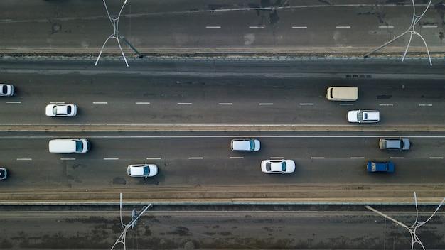 Киев, украина - февраль: вид с воздуха на дорогу с множеством проезжающих машин в городе киеве. фотография сделана с дрона