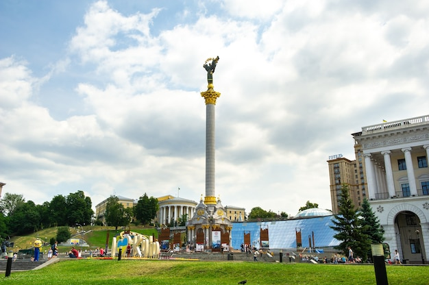キエフ、ウクライナ、2018年6月18日キエフの中心部の広場の観光客
