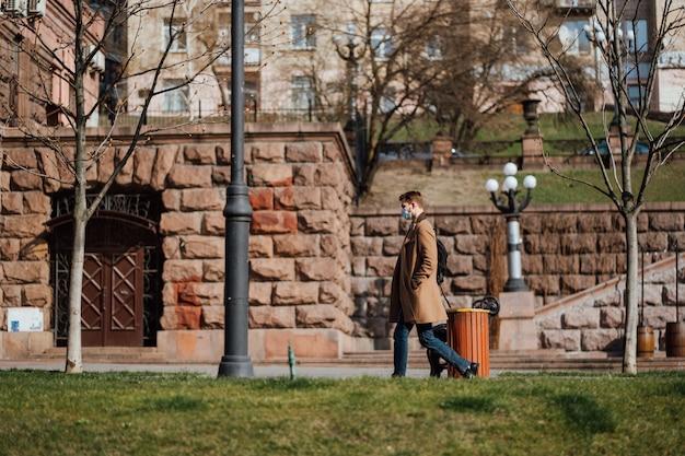 키예프, 우크라이나, 2020 년 3 월 28 일, 우크라이나에서 거의 빈 거리, 검역 시간에 얼굴 보호 마스크에 우크라이나 사람들,