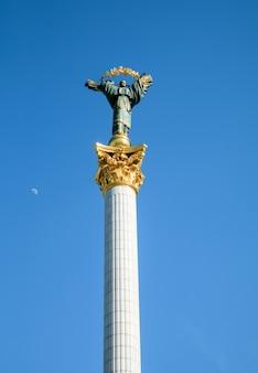 キエフ、ウクライナ-2017年5月3日:独立記念塔はキエフのmaidan nezalezhnosti(独立広場)にある戦勝記念塔で、ウクライナの独立を記念しています