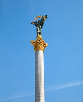 キエフ、ウクライナ-2017年5月5日:独立記念塔はキエフのmaidan nezalezhnosti(独立広場)にある戦勝記念塔で、ウクライナの独立を記念しています