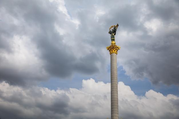 키예프, 우크라이나 - 2017년 5월 8일: 독립 기념비는 키예프의 maidan nezalezhnosti(독립 광장)에 위치한 승리 기둥이며 우크라이나 독립을 기념합니다.