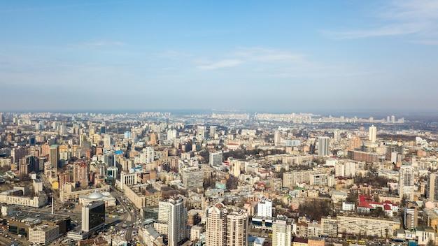 Киев, украина современные высотные здания и цирк на площади победы в центре города в солнечный апрельский день. фотография с дрона