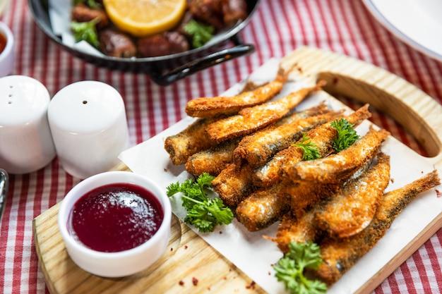 キルカ、スプラット魚、ケチャップ、その他の軽食をクローズアップ