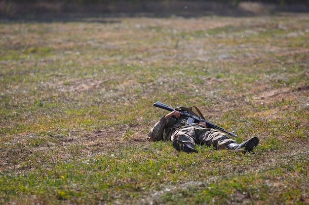Убитый солдат отряда специального назначения с автоматом в руках