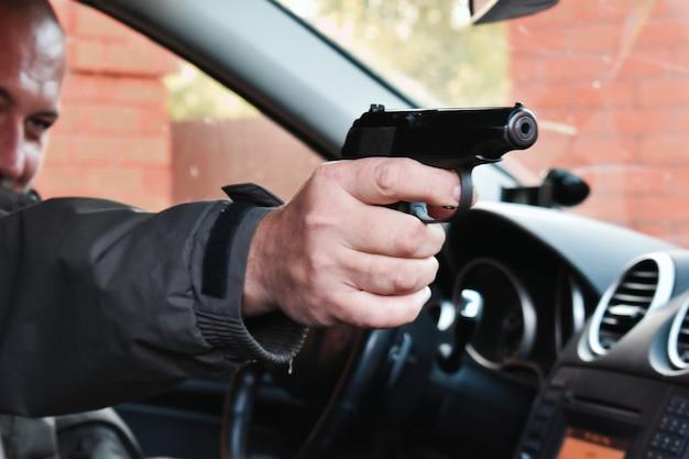 Убийца в машине с ружьем