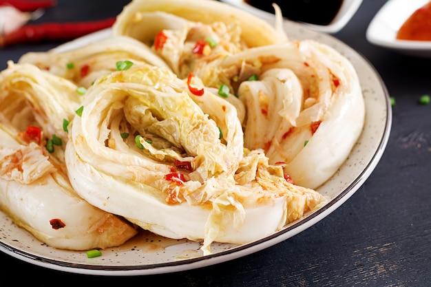 그릇에 김치 양배추