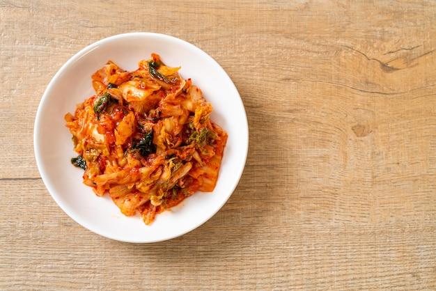 접시에 김치 양배추. 한국 전통 음식 스타일