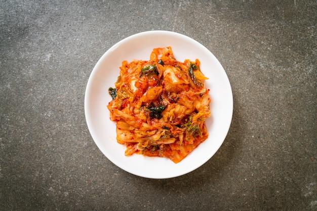 접시에 김치 배추-한국 전통 음식 스타일