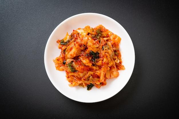 접시에 김치 양배추