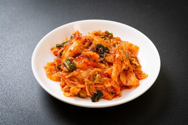 접시에 김치 배추