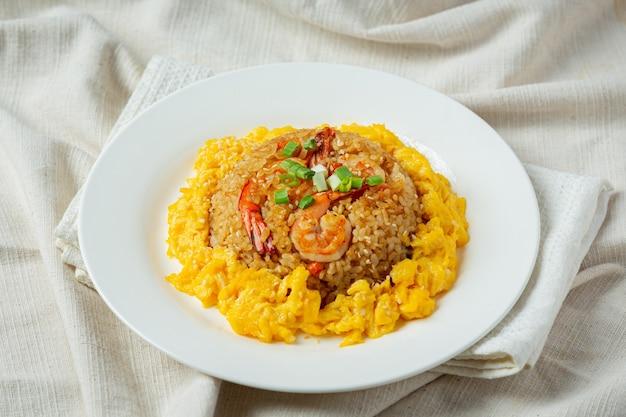 Жареный рис кимчи на темном фоне