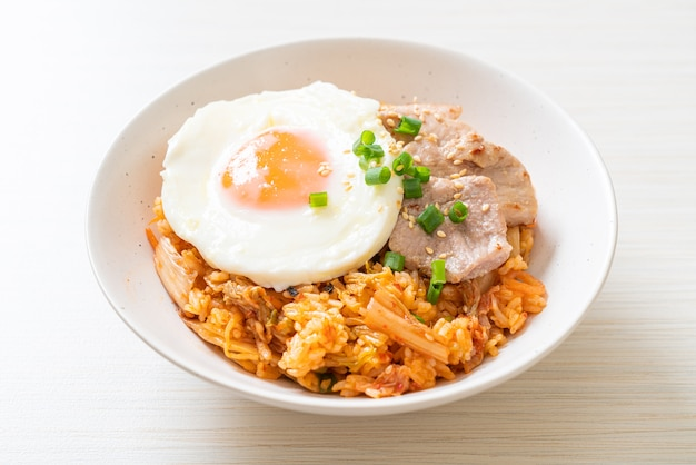 계란 후라이와 돼지 고기 김치 볶음밥-한식