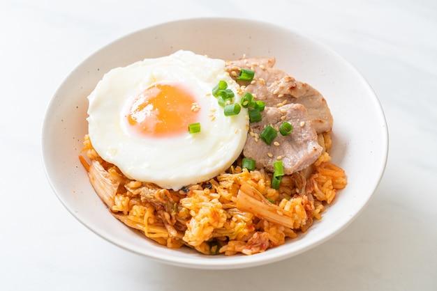 Жареный рис кимчи с жареным яйцом и свининой - корейская кухня Premium Фотографии