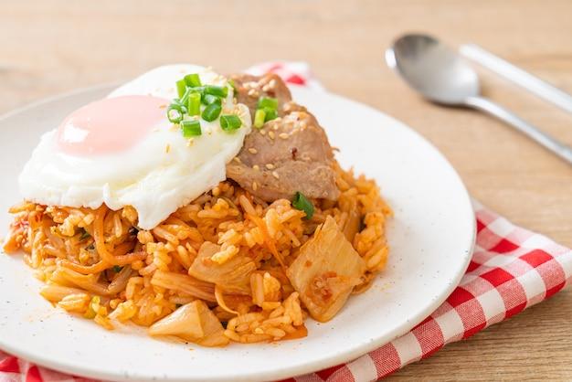 계란후라이와 돼지고기 김치볶음밥 - 한국 음식 스타일