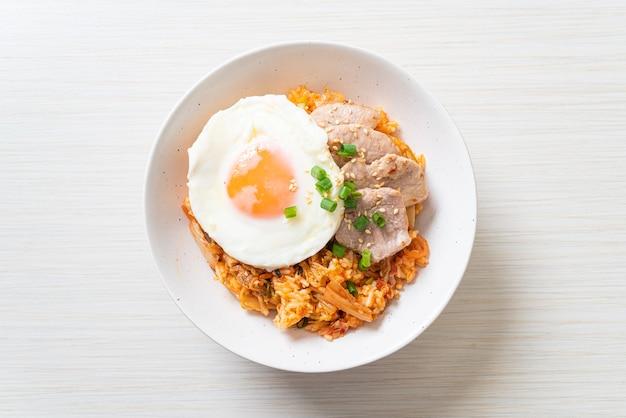계란 후라이와 돼지 고기 김치 볶음밥