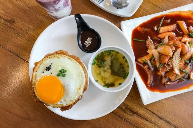 Кимчи жареный рис с жареным яйцом и свининой.