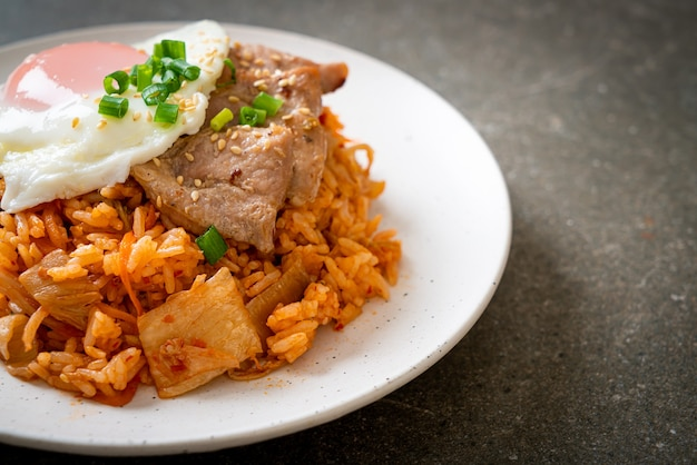 Kimchi fried rice with fried egg and pork - korean food style Premium Photo