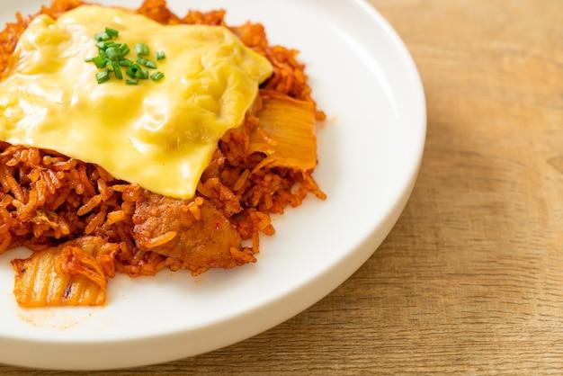 豚肉とトッピングチーズのキムチポックム-アジアンとフュージョンフードスタイル