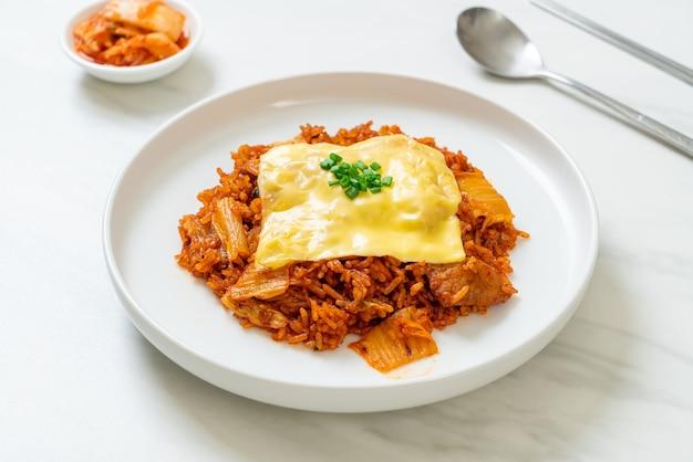 돼지고기와 치즈를 얹은 김치 볶음밥 - 아시아 및 퓨전 음식 스타일