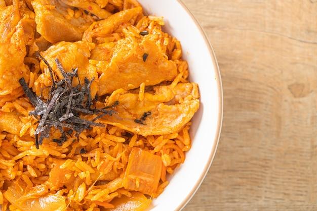 Жареный рис с кимчи и нарезанной свининой - корейский стиль еды