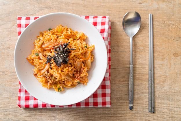 Кимчи жареный рис с водорослями и белым кунжутом - корейская кухня