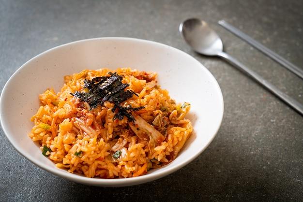 김과 흰 깨를 곁들인 김치 볶음밥 - 한국 음식 스타일
