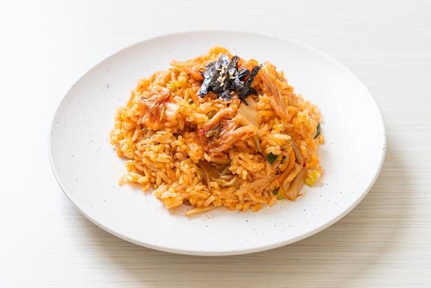 Кимчи жареный рис с водорослями и белым кунжутом