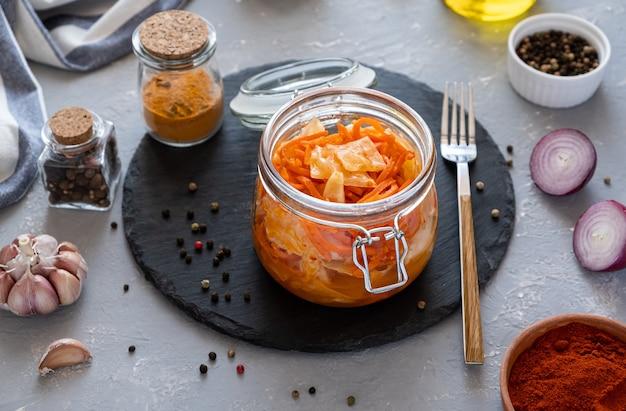 김치는 유리 병에 당근을 넣은 양배추의 매운 한국 전채입니다.