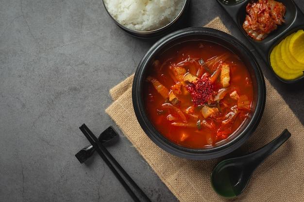 Кимчи джикаэ или суп кимчи, готовый к употреблению в миске