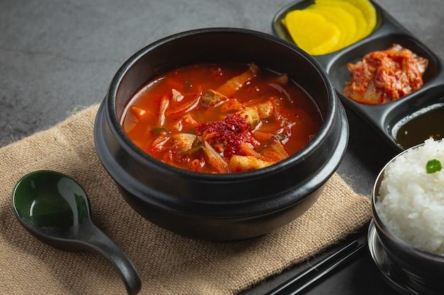 キムチチゲまたはキムチスープをボウルに入れて食べる準備ができました