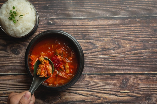 그릇에 담아 바로 먹을 수있는 김치 찌개 또는 김치국