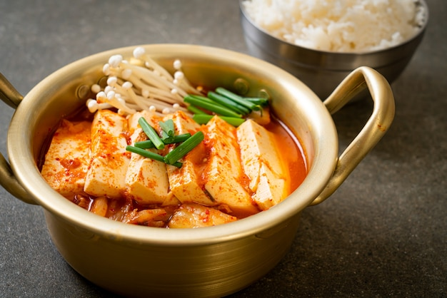 「キムチチゲ」または柔らかい豆腐のキムチスープまたは韓国のキムチシチュー-韓国料理の伝統的なスタイル