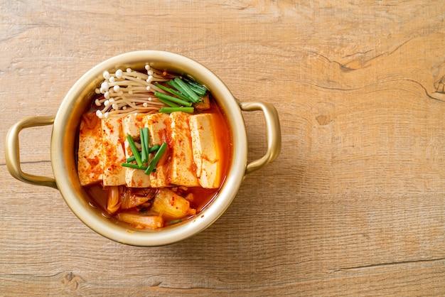 '김치찌개' 또는 부드러운 두부를 곁들인 김치 수프 또는 한국 김치 찌개 - 한국 음식 전통 스타일