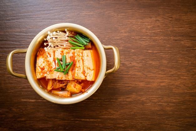 김치를 넣은 김치 찌개 또는 김치 국물