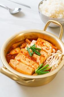 「キムチチゲ」またはキムチスープとソフト豆腐または韓国のキムチシチュー
