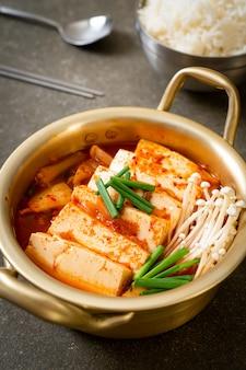 '김치 찌개'또는 연두부 또는 김치 찌개를 곁들인 김치국