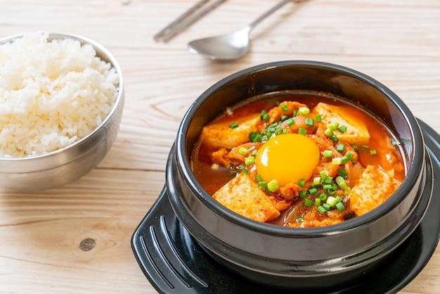 '김치 찌개'또는 두부와 계란을 곁들인 김치국 또는 김치 찌개. 한국 음식 전통 스타일